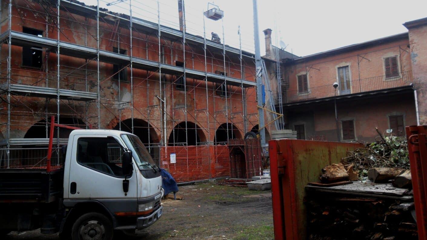 I lavori di restauro del Museo Fisogni - Impalcature e lavori in cortile